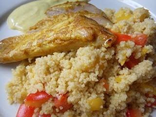 Curry Hähnchen auf Mango-Couscous mit Curry Joghurt Dip