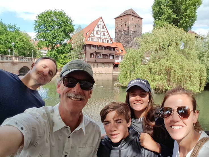 Nuremberg Tours in English with Happy Tour Customers in front of the Nuremberg Weinstadl