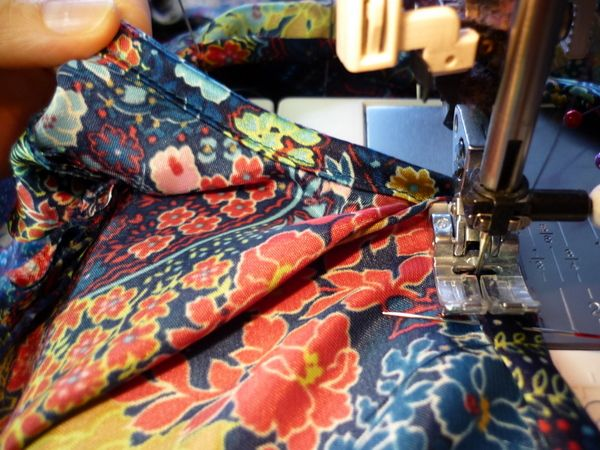 self fabric binding how-toAds Bias, Pendrell Sewing Along, Fabrics Binding, Sewing Ideas, Bias Binding, Neck Binding, Attached Bias, Diy Projects, Households Interesting