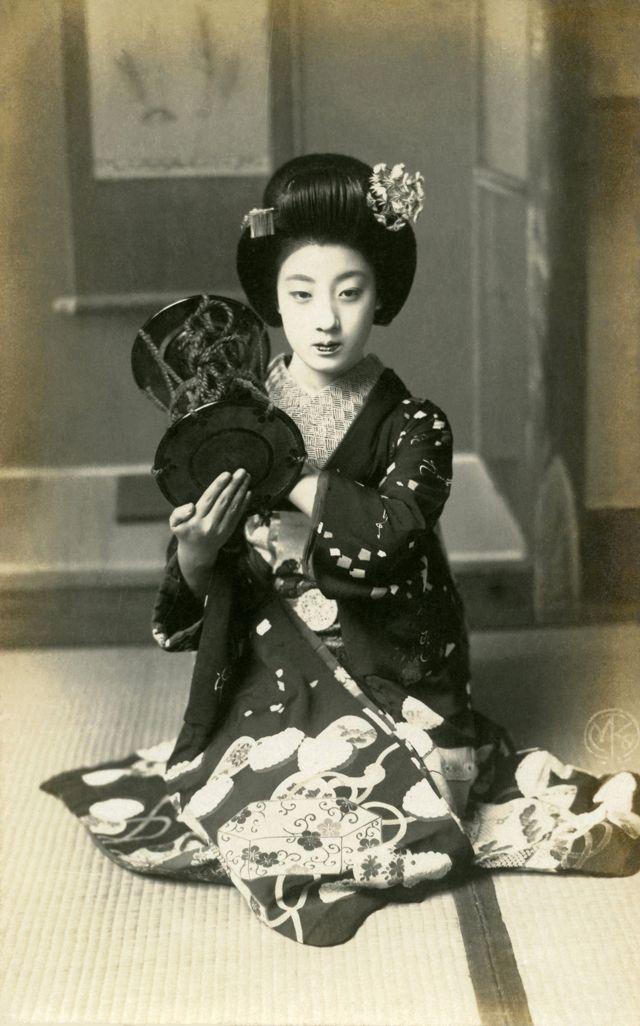 """芸妓「富菊」> 大正〜昭和初期の小説家・長谷川時雨の「明治美人伝」によると、""""三都歌妓の代表として最も擢 (ぬきんで )ている女であろう"""" と語られ、京都で最大の花街「祇園甲部」が主催する舞踊公演「都をどり」に度々登場した記録から、その舞は相当のものだったと推測される"""