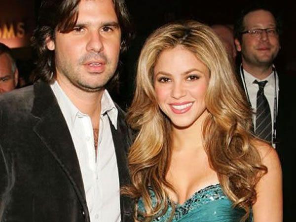 Shakira - <p>Esta cantante colombiana lleva más de 20 años en la escena musical y gran parte del tiempo ha estado en la cima de este medio. La intérprete de Hips Don't Lie estuvo comprometida con su pareja de mucho tiempo, Antonio de la Rúa. Aunque dos semanas antes de la boda cortó con la relación por lo sano.</p>