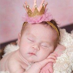 Simli, incili, fırfırlı tüllü üzerinde minik parlak yıldızlar yer alan pembe minik bebek prens tacıdır. doğumgünü yenidoğan fotoğraf çekimi, baby shower partisi, yenidoğan fotoğraf çekimi