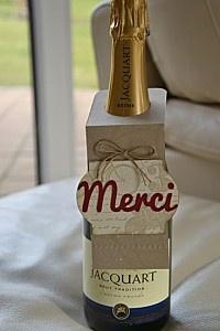 sympa et toute simple à réaliser l'idée d'accrocher un petit mot au col de la bouteille que l'on offre.