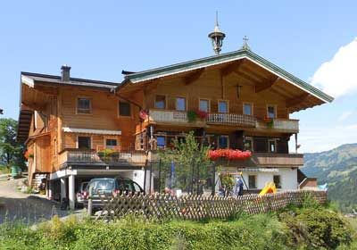 Vorderreithhof - Tirol Ons nieuwe appartement is in 2011 gebouwd en bestaat uit 2 slaapkamers, een badkamer met WC, een woonkamer, keuken en een hal. Onze boerderij ligt op een rustige, zonnige plek op 50m hoogte boven het dorpje Jochberg en grenst direct aan het skigebied.