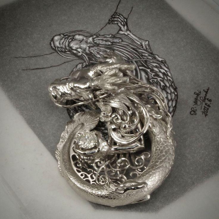 プラチナの板から製作した龍のペンダントトップ