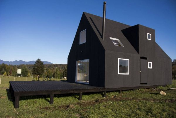 Little minimalist black house, Calafquén, Chile. Architects Foaa – Norte.