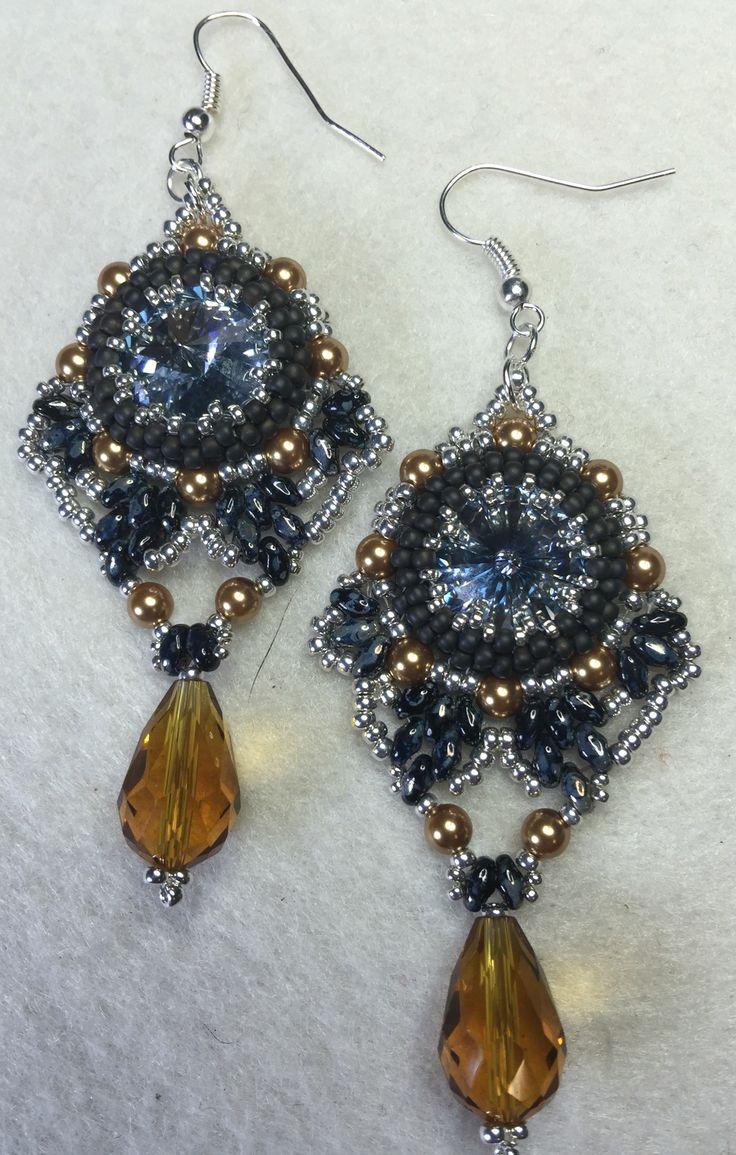 """Questi orecchini dal nome """"Samantha"""" sono stati realizzati in tessitura di perline. Il materiale che ho usato sono: Rivoli e perle della #Swarovski, superduo della #Matubo, perline di precisione della #Toho e due gocce di vetro"""