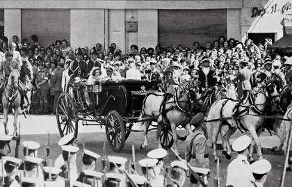 Η ελληνική Βουλή το 1962 καθόριζε το ιλιγγιώδες ποσόν των 9 εκατ. δρχ. -αφορολόγητα- για την προίκα της Σοφίας. Την καλοπαντρέψαμε την «πριγκίπισσα». Ευτυχώς που ο Νικόλαος είχε ένα άλογο αντί για τα 6 της θείας.
