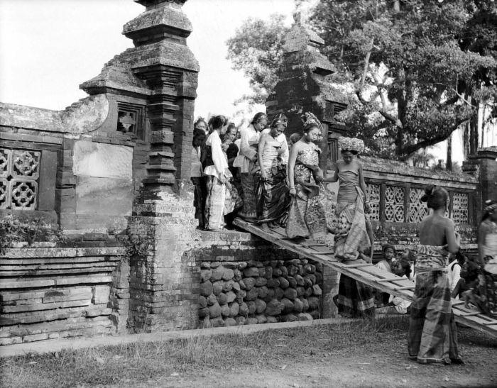 COLLECTIE TROPENMUSEUM De vorst (Anak Agung) van Karang Asem begeeft zich met zijn familie naar de pura te Karang Asem op Bali om te bidden.