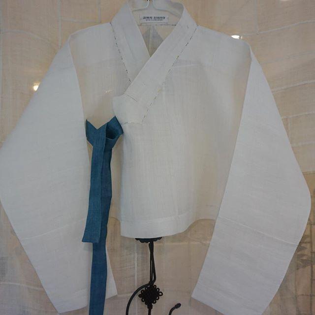 일본 도자기 전시회에 입으신다고..  도자기 작가, 변규리 고객님이 주문하신  맞춤 모시장저고리입니다. 지은이 #김복희 #맞춤한복 #풍경한복 #모시저고리 #한복