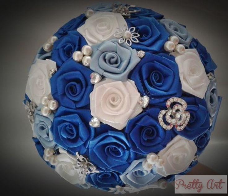 Buquê de flores cetim em azul royal , azul claro e branco com broches prateados, pérolas e strass.    Os buquês são personalizados e montados de acordo com o gosto da noiva.    Eles são únicos sendo que nunca existirá um buque idêntico ao outro.  Composto de broches em tons de prata cravejados em...
