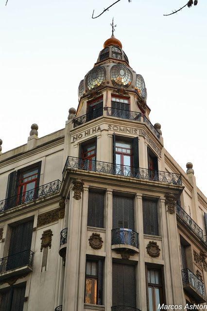 MisteriosaBsAs: Gaudi en Buenos Aires / Gaudi in Buenos Aires - Gaudi en Buenos Aires / Gaudi in Buenos Aires Entre los años 1903 y 1907 se construyeron dos edificios sobre la Avenida Rivadavia, separados por escasos metros, que evocan la influencia del gran maestro Catalán Antonio Gaudi. Son obras del ingeniero Eduardo Rodriguez Ortega. Fiel reflejo del modernismo arquitectónico Catalán, se elevan a unas pocas cuadras del edificio del Congreso Nacional.