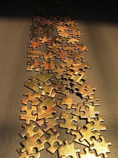 DIY cascade or:  Les pièces d'un vieux puzzle dont il manque trop d'éléments pour essayer de le reconstruire sont bombées en peinture or. Inutile d'être trop couvrant, le fait de voir apparaître certains motifs au-dessous donne juste assez d'hétérogénéité à l'ensemble... A disposer comme bon vous semble sur le mur avec un colle pour carton.