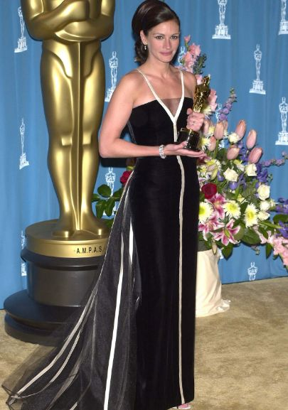 Julia Roberts in Valentino at the 2001 Oscars. Strangely simple, but unforgettably striking.