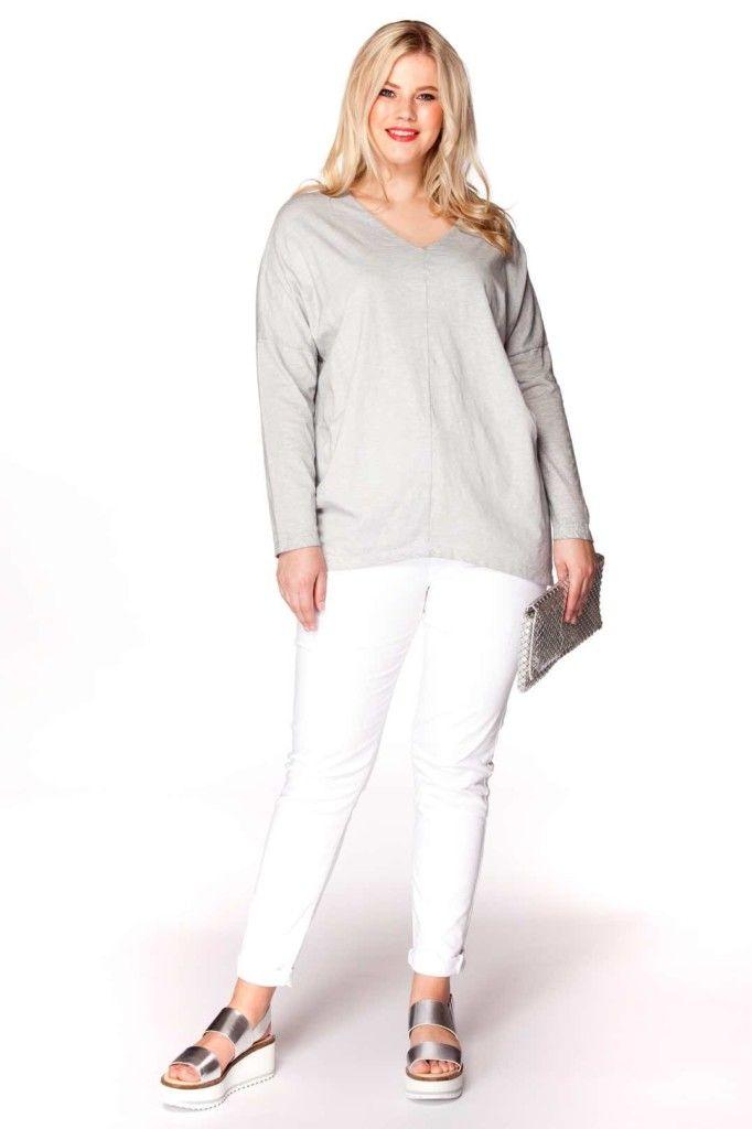 miss y, yoek, grijze v-hals trui, op witte broek