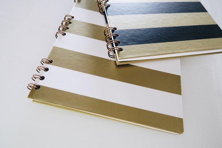 cadernos com dura, com wire-o dourado e porta canetas, papel bolsa com verniz localizado e régua com adesivos decorados