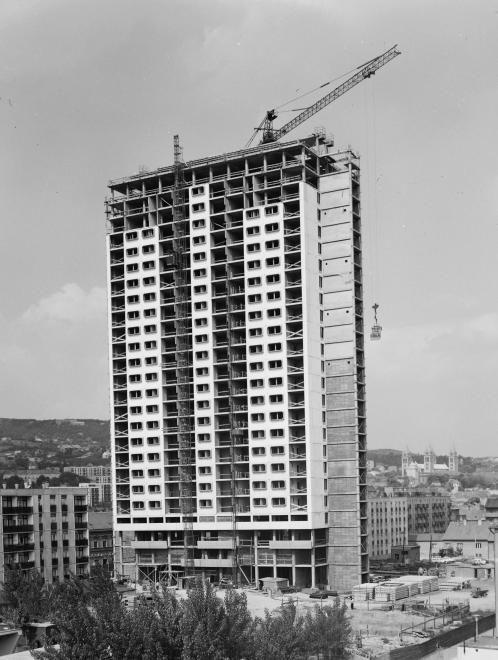 a Magasház építése.