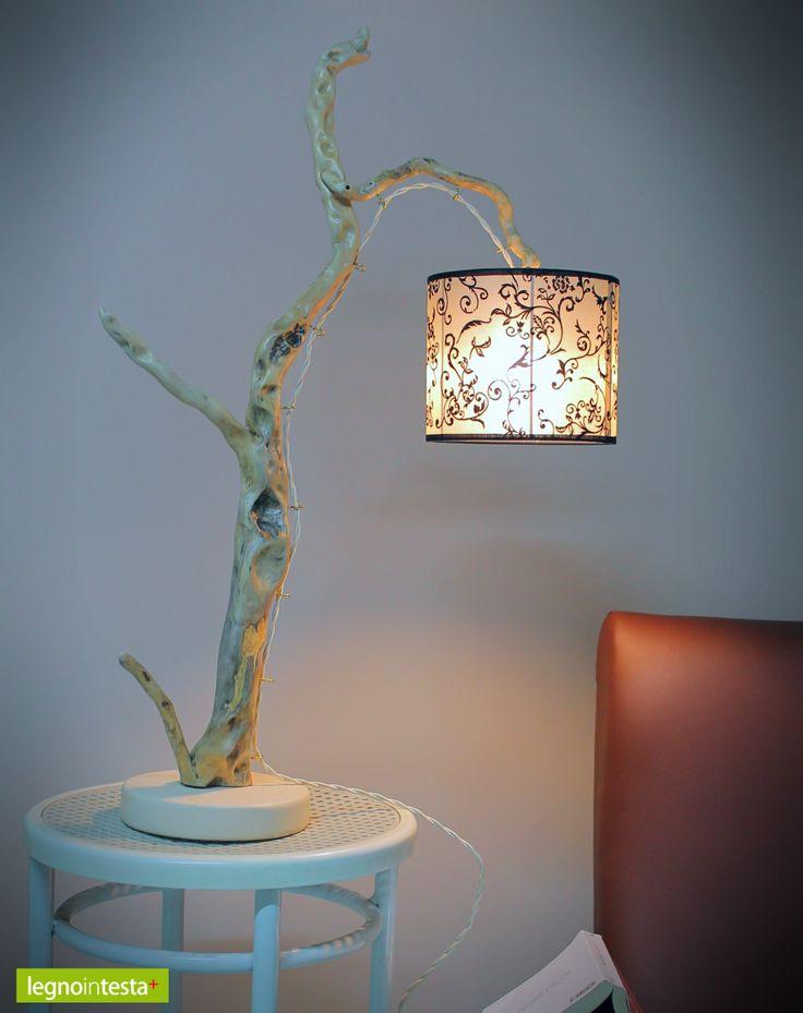 """""""Giuditta"""": lampada artigianale in legno di mare con base in pietra leccese sagomata a scalpello. Paralume in PVC con inserti in tessuto."""