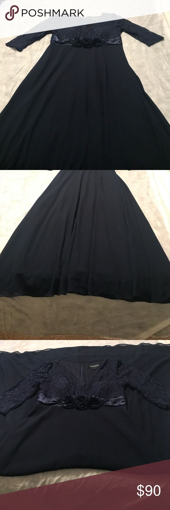 💞Navy blue dress Beautiful Jessica Howard long navy blue dress, lace on top with satin flowers  around the bust area, solid blue on bottom Jessica Howard Dresses
