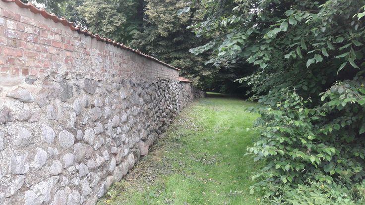 Mur runt gamla kyrkogården