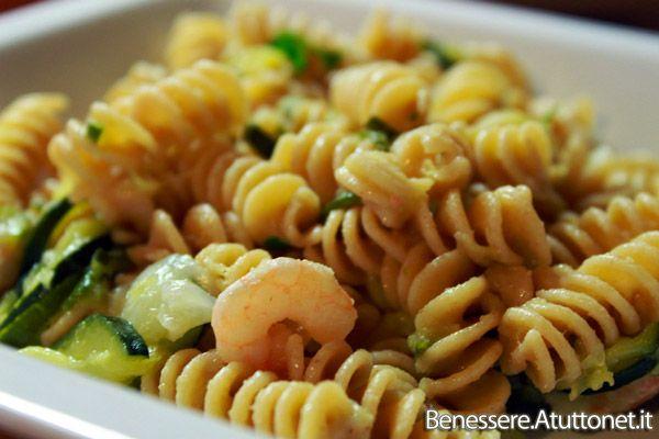 Pasta integrale con zucchine e gamberetti ricetta light semplice e veloce da preparare cottura ingredienti dosi procedimento preparazione video foto calorie