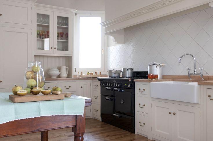 Monticello Kitchen by Homewood Bespoke: la classica cucina in stile inglese. ...