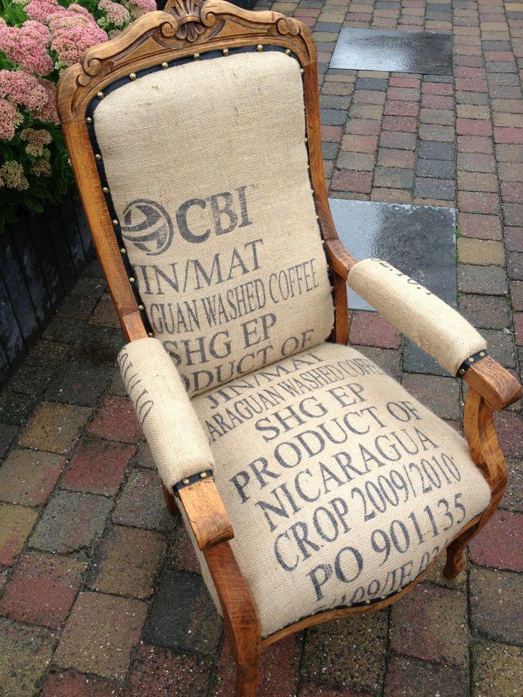 Art fabriks. Semi-klasiek opgebouwd en gestoffeerd met gebruikte koffieboon zakken.