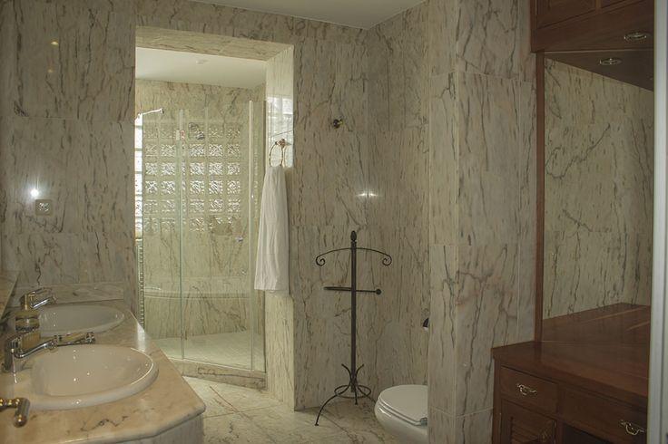 Baño principal con zona de jacuzzi y tocador