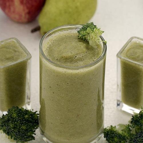 Ингредиенты:  120 гр брокколи 150 гр груш нарезанных кубиками 150 гр яблок нарезанных кубиками (неочищенные) измельченный лед 1/4 чайной ложки соли 100 мл воды  Приготовление: Брокколи,