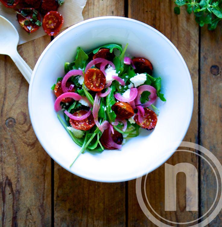 Salat med bagte tomater og syltede rødløg