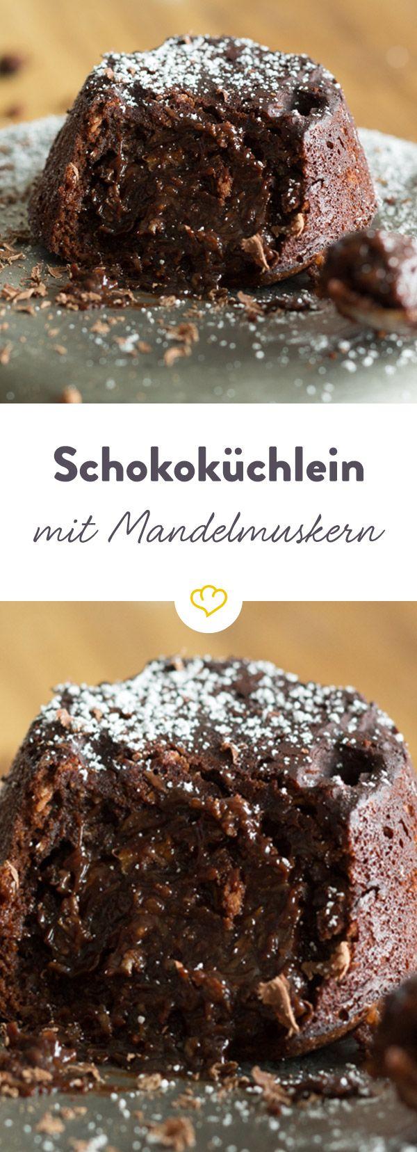 Wenn Schokolade auf Mandeln trifft, gibt es kein Halten mehr. Gesund und lecker - dieses Schokoladenküchlein mit flüssigem Mandelmus ist jede Sünde Wert..