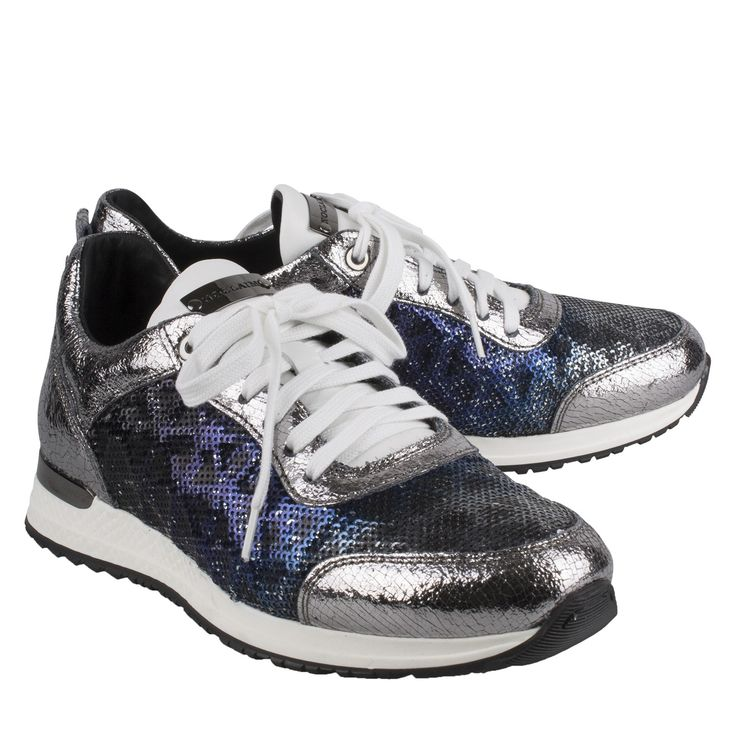 No Claim GLORY 29 blauw leer textiel sneaker  Exclusieve sneakers van het label No Claim model No Claim GLORY 29 blauw. Deze No Claim sneakers zijn vervaardigd van een combi van leder en textiel in de kleuren blauw en zilver met witte accenten. No Claim sneakers worden hand vervaardigd door een kunstenares dit geeft de dames sneakers een exclusief karakter. De Glory 29 sneaker is uitgevoerd met blauwe en zilveren pailletten in verschillende kleurtinten. De witte details steken prachtig af…