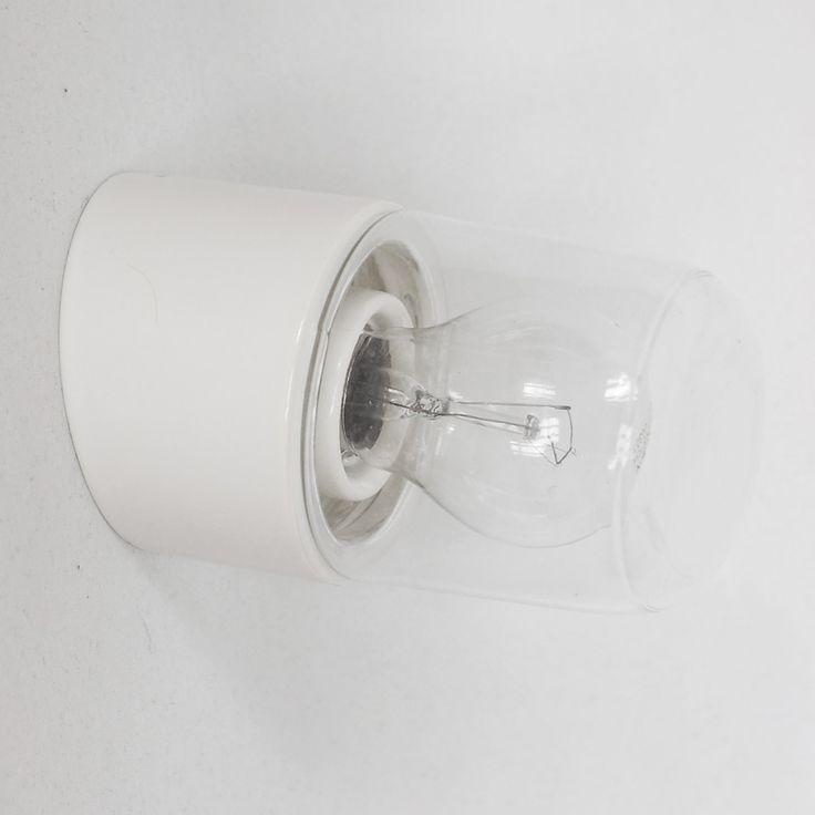 Puristische Porzellanleuchte mit Glassturz mit Gewinde. Die leicht angeschärgte Wandleuchte eignet sich bestens als Spiegelleuchte im Badezimmer oder im Aussenbereich als Wegbeleuchtung.