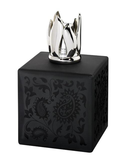 Nuance chic. Lampe en verre effet satiné, habillée d'un décor élégant. Générosité raffinée.