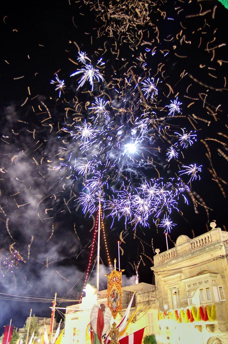 Tijdens de afsluiting van de processie wordt er een groot vuurwerkshow afgestoken vanaf de kerk. Het is een wonderbaarlijk schouwspel.