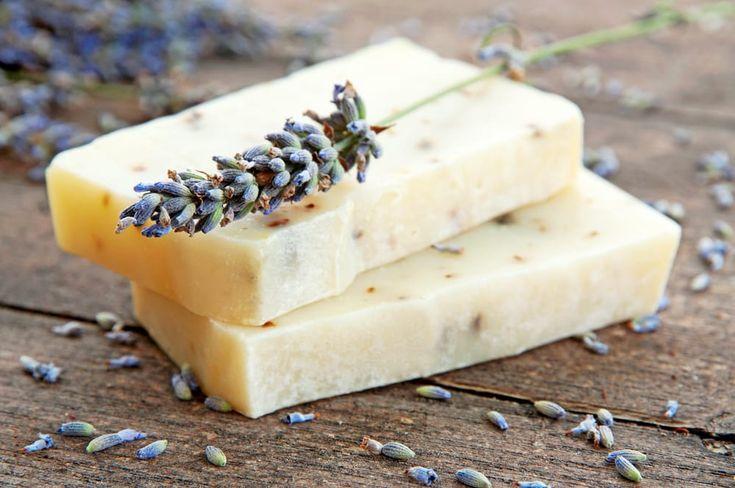 Sapone idratante naturale - Come preparare un sapone idratante naturale con miele e latte di mandorla, un prodotto perfetto ache per le pelli più delicate.