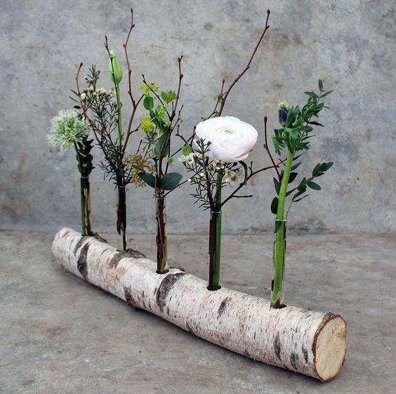 Einen Birkenstamm als Vase benutzen. Weiße Birkenstämme gibt es hier https://birkendoc.de/shop
