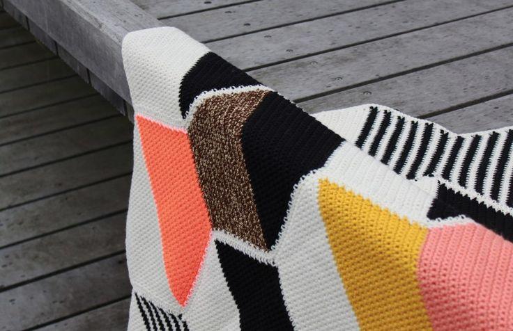 Ville lige vise en variant af Halv Seks tæppet som er større og vildere med både brug af neon, glimmergarn og asymmetri - håber det kan være en inspiration til at bryde noget af det sikre. ;) Opskr...