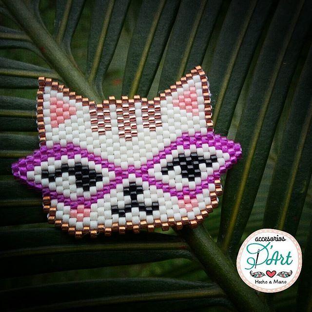 😻Para los que somos amantes de los gatos... D'Art se inspira con este diseño de Gatica Retro. Un diseño exclusivo para lucir como prendedor. #accesoriosdart #miyukibeads #miyukibeading #miyukiaddicts #ginnaandyessika #catmiyuki #cats #cat #ilovecat #catlover #handmade #hechoamano #hechoencolombia 🇨🇴 #accesorios #vivelamodadart #originalaccesoriosdart #catretro #minino 🐱