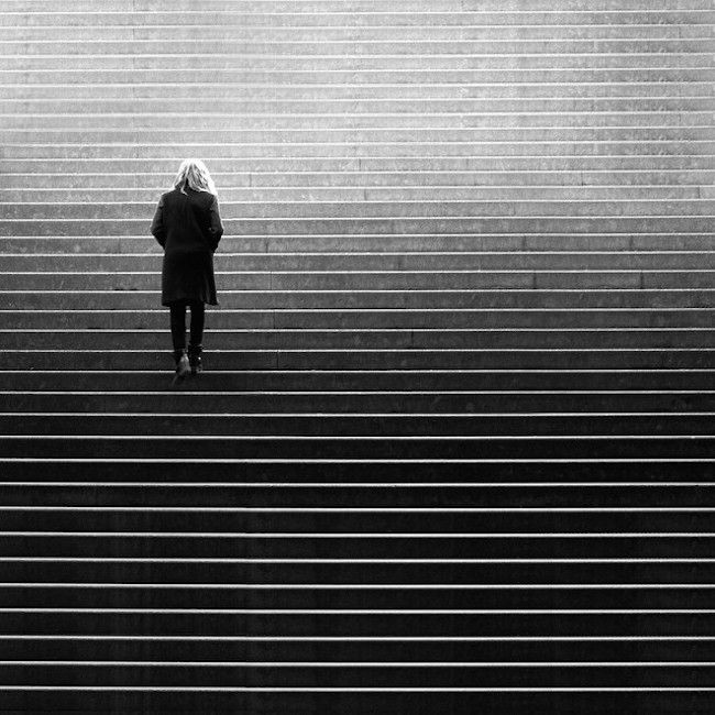 Striking Street Photos Explore the Dramatic Interplay of Light and Shadow - My Modern Met