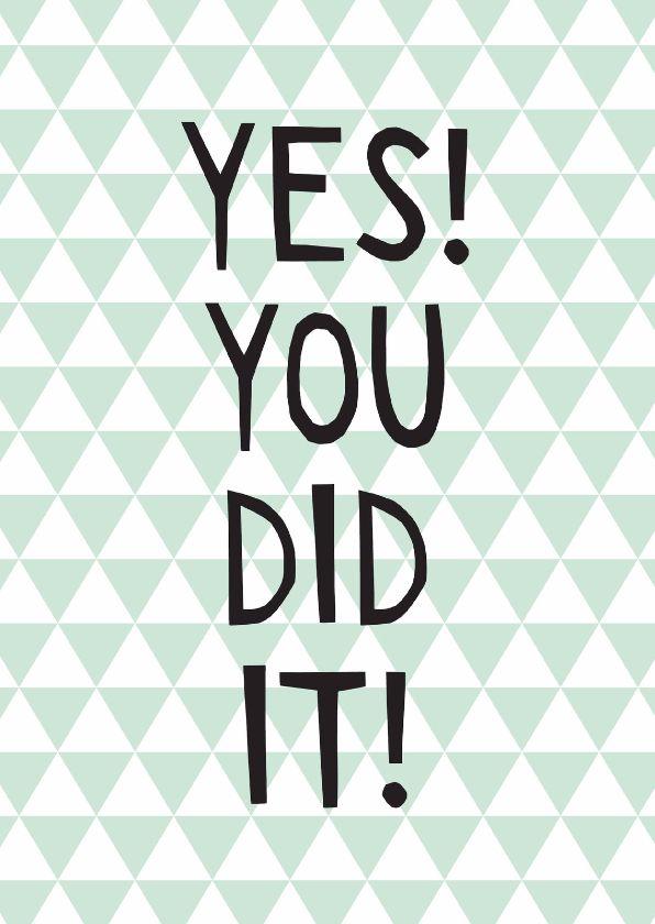 Geslaagd kaart met de tekst: Yes! You did it! Met een mintgroen driehoekjes patroon en happy letters. Leuk voor rijbewijs, diploma of andere mijlpalen