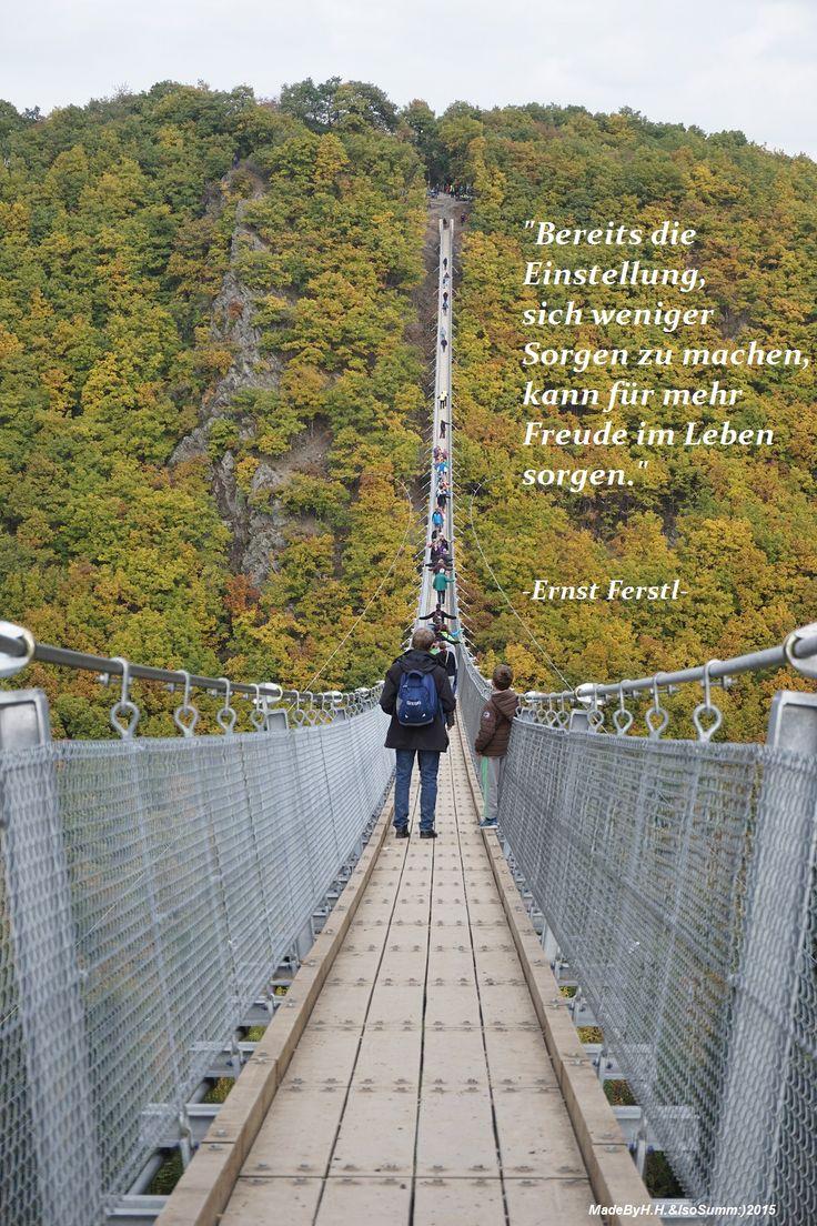 """Spruch von Ernst Ferstl - Foto von H.Hartz, Hängeseilbrücke """"Geierlay"""", Hunsrück Jahr 2014"""