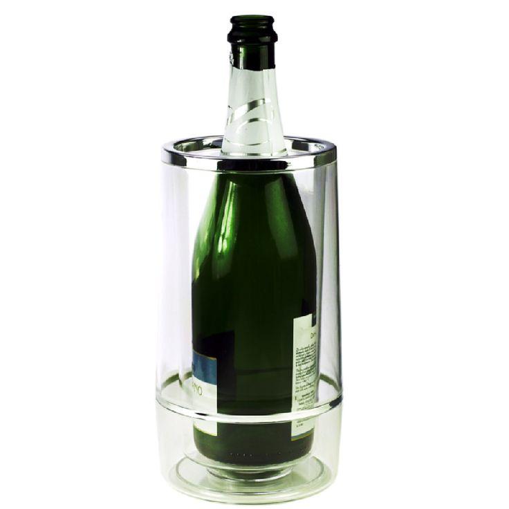 """Tyylikäs ja ajaton cooleri sopii hyvin juhlapöytään. Esiviilennetty viinipullo pysyy coolerissa viileänä tunteja. Tuplaseinäinen cooleri on tehty akryylistä, tehosterengas kromista.     Coolerissa on kaksois-seinämärakenne, joten astian ulkopinta ei """"hikoile"""" kuumallakaan säällä, pitäen pöytäliinan kuivana!"""