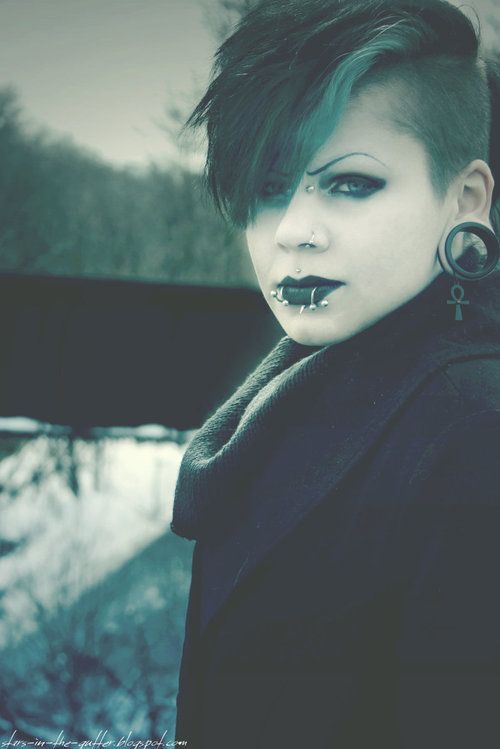 goth girl frame lips - photo #27