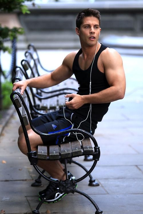 Say hello to new 'Glee' eye candy Dean Geyer!