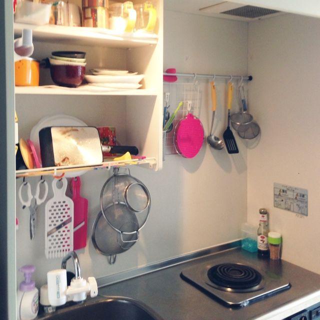 1K、一人暮らしの生活感まる出しw/ごちゃごちゃ‼︎/賃貸/狭小キッチン/狭小住宅/6畳…などについてのインテリア実例を紹介。「狭小キッチン。ここだけ良いアイデアが生まれず模様替えできません。。」(この写真は 2014-09-17 12:53:31 に共有されました)