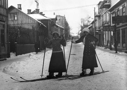 Skidåkare på Kyrkogatan, Arvika år 1915.  Historiska bildarkivet - Bild 004604