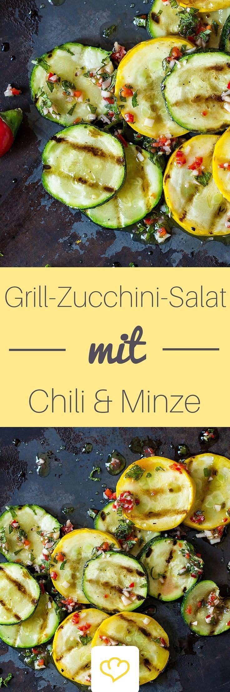 Zucchini-Fans wissen: Mit dem mediterranen Gemüse lässt sich – von Zoodles bis Zucchini-Chips – so einiges anstellen. Gegrillt und mit Chili, Minze und einem frischen, leichten Dressing vermischt, macht die Zucchini auch als Sommersalat eine gute Figur und ist bei jedem BBQ ein gern gesehener Gast.