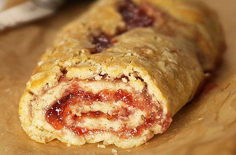 Jam roly-poly! Mmm! I can make it as well.