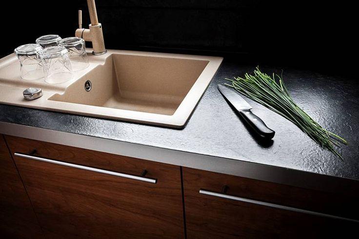 """Kuchnia w kształcie litery """"L"""" subtelnie oddzielona od pozostałych pomieszczeń, mająca jednak charakter otwarty, widoczna z pokoju dziennego. Bardzo ergonomicznie urządzona, minimalistyczna.  Projekt i realizacja MEBLE MERDA Twoje wnętrze, Twój charakter www.meblemerda.pl #wnetrza #meblekuchenne #kuchnie #meble"""